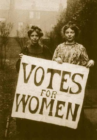 Les sufragistes angleses –Suffragettes– Annie Kenney i Christabel Pankhurst portant un cartell reivindicatiu del sufragi femení. Autor desconegut: http://www.hastingspress.co.uk/history/sufpix.htm, Domini públic, https://commons.wikimedia.org/w/index.php?curid=15154048